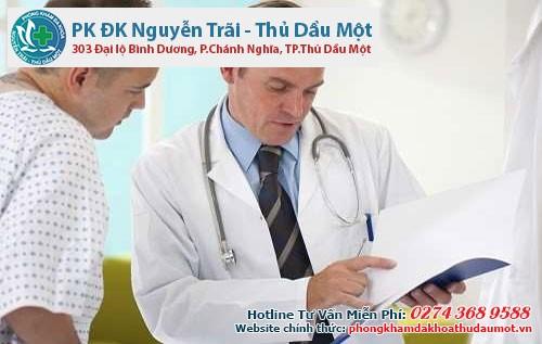 Nam giới hỏi ý kiến bác sĩ để lựa chọn phương pháp phù hợp