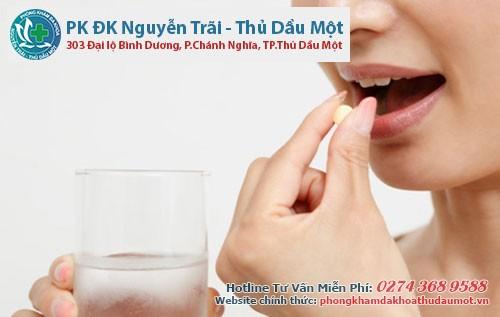 Uống thuốc Tây để giảm bớt triệu chứng đau rát hậu môn do bệnh trĩ ngoại gây ra