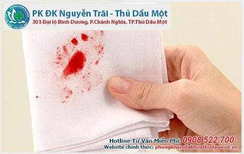Đi ngoài ra máu là bị bệnh gì? Có nguy hiểm không?