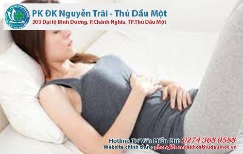 Đau và nóng rát vùng bụng dưới là triệu chứng của bệnh