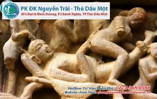 Có rất nhiều bức tượng gợi tình giữa người nữ và nam trên tường ngôi đền