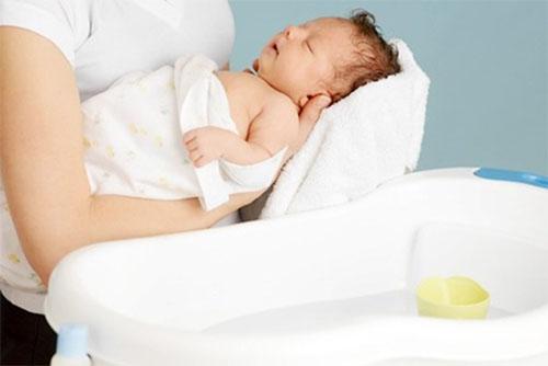 vệ sinh sạch sẽ cho em bé chích ngừa vắc xin