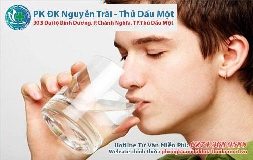 Phòng tránh viêm niệu đạo nam giới bằng cách uống nhiều nước